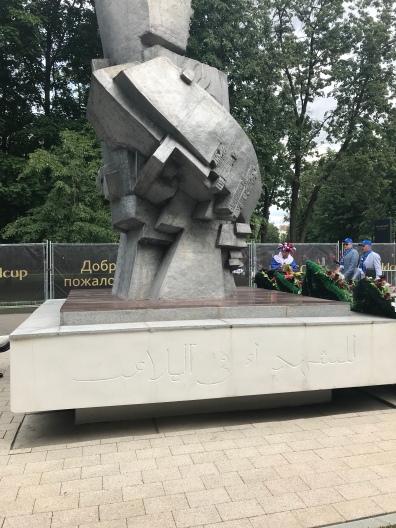 موسكو .. لوجنيكي ، مجسم خصص لشهداء كرة القدم خارج إستاد لوجنيكي ، و تظهر اللغة العربية مستخدمة على جانبه الأيمن